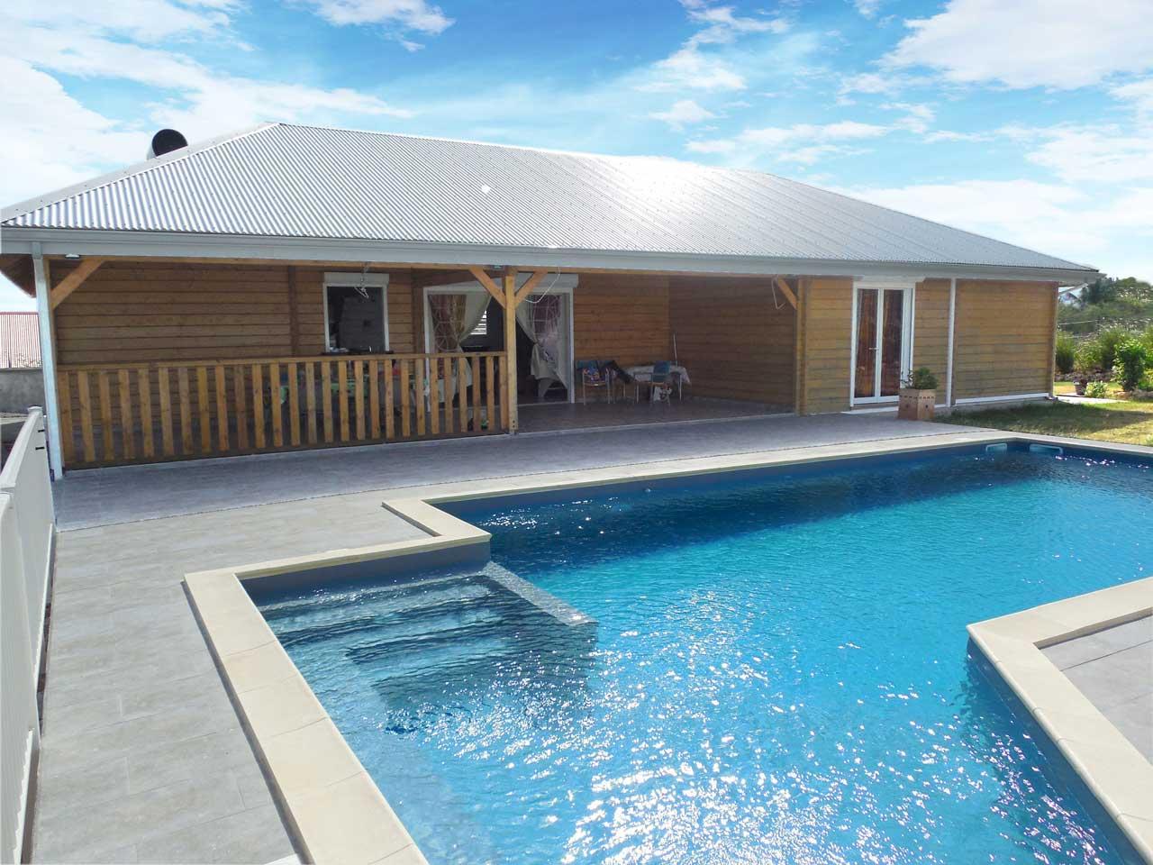 Maison bois eco maisons et bungalows en guadeloupe et martinique for Construction maison en bois 69